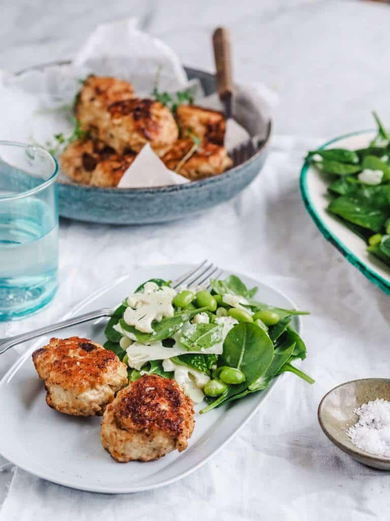 kyllingefrikadeller og spinatsalat