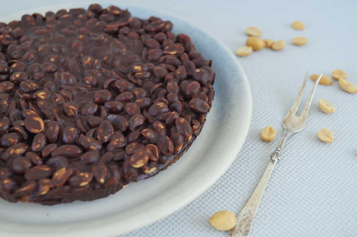 Sund snickerskage uden gluten og raffineret sukker