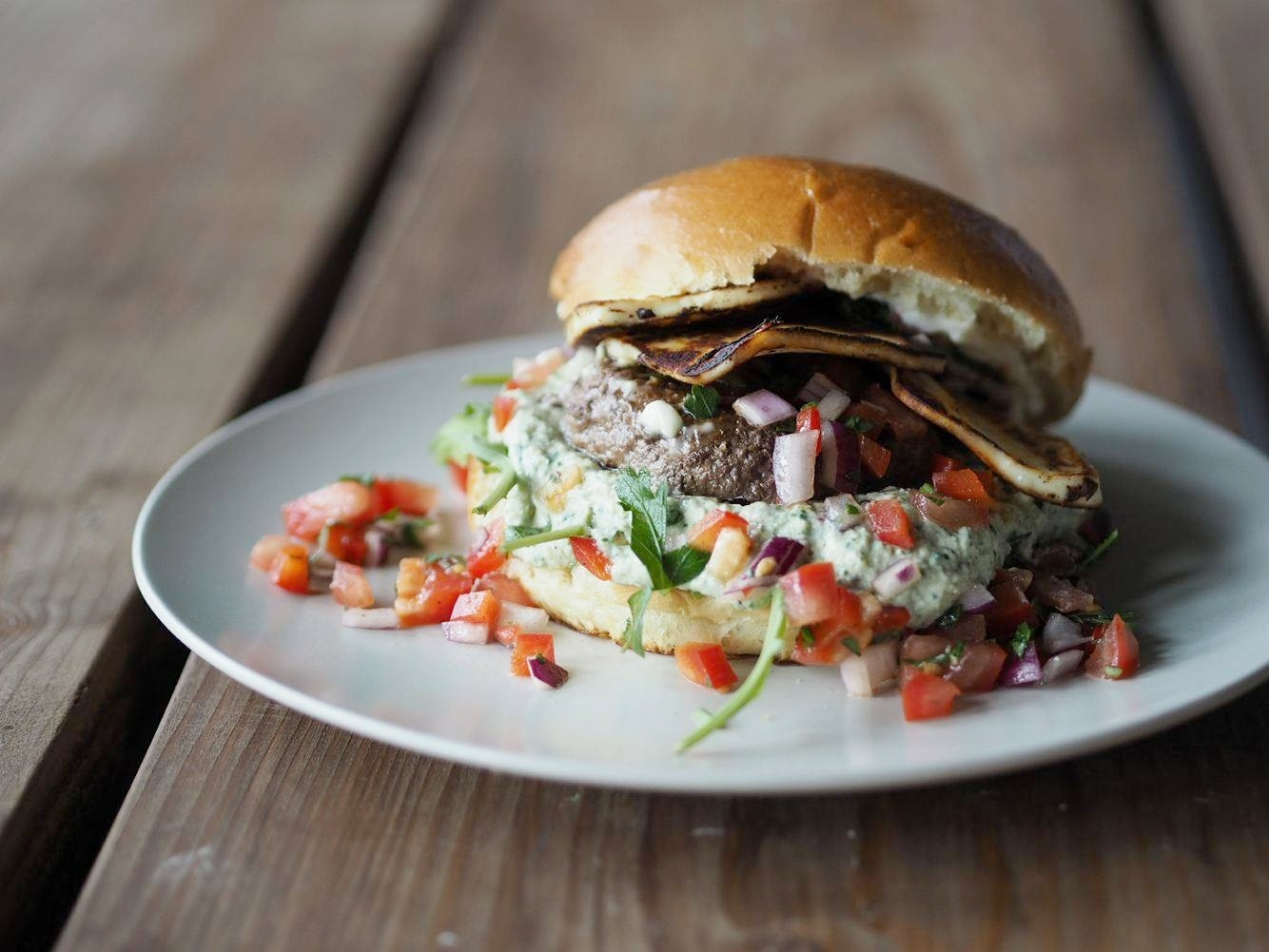 Burger med grillost, salsa og ruccola creme