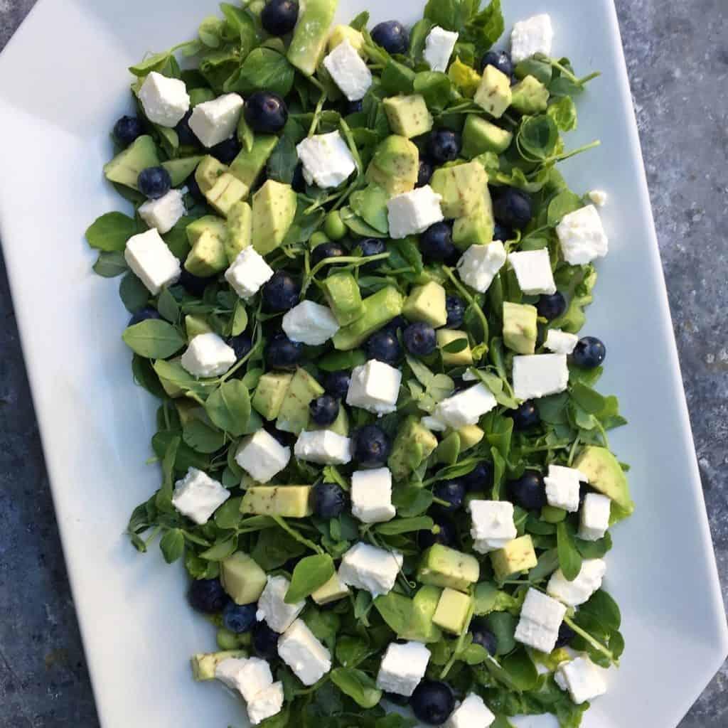 Salat med blåbær, feta, ærter og avokado