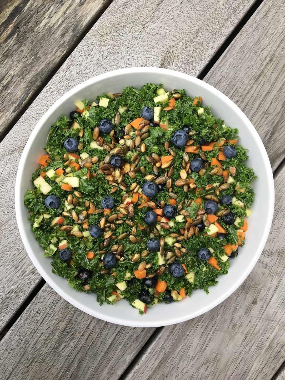 Grønkålssalat med blåbær og ristede græskarkerner