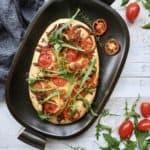 Små foccacia brød med mozzarella, tomat og timian