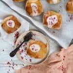 Fastelavnsboller med hindbær og vaniljecreme