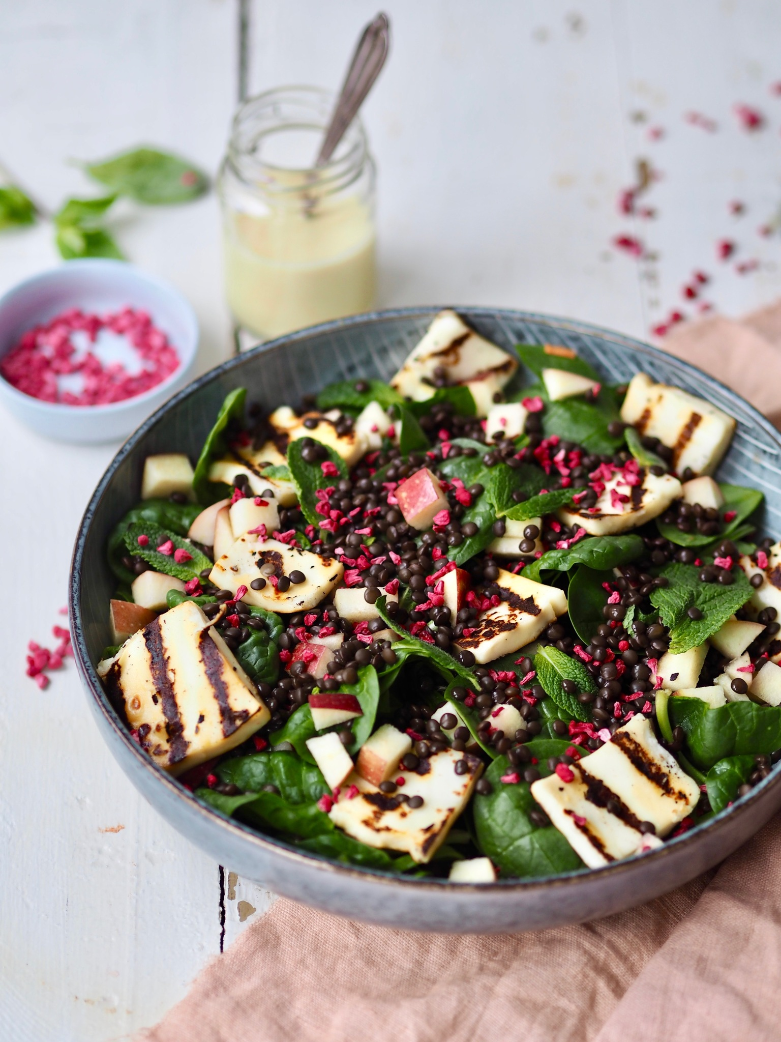 Opskrift på nem salat med sorte belugalinser og æble