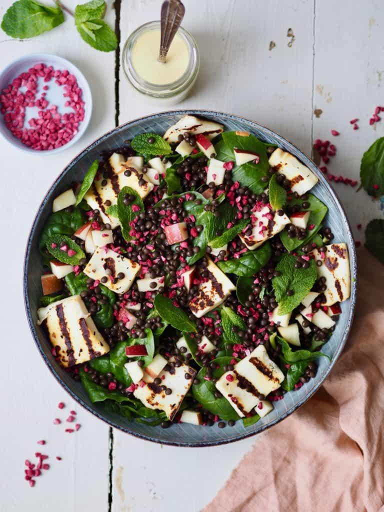 Salat af spinat, belugalinser, æble og grillost
