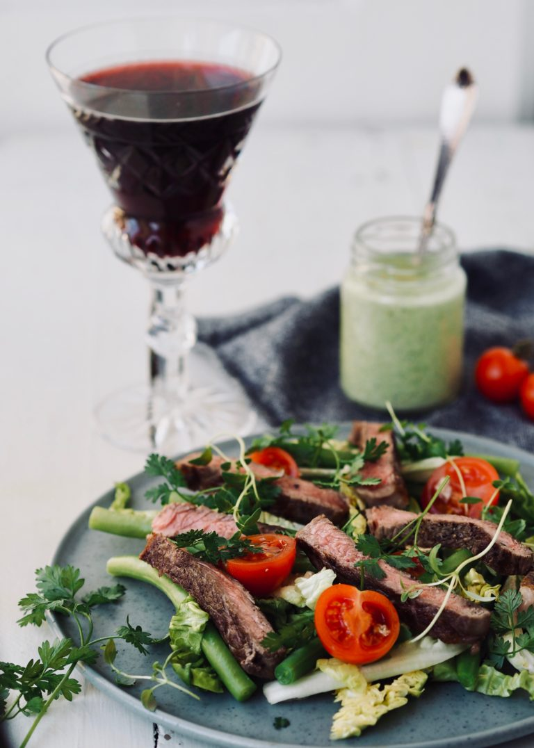 Steak salat med bønner, tomat og estragondressing