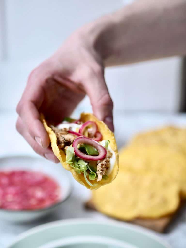 Majs tortillas med mexikrydrede kylling og grønt