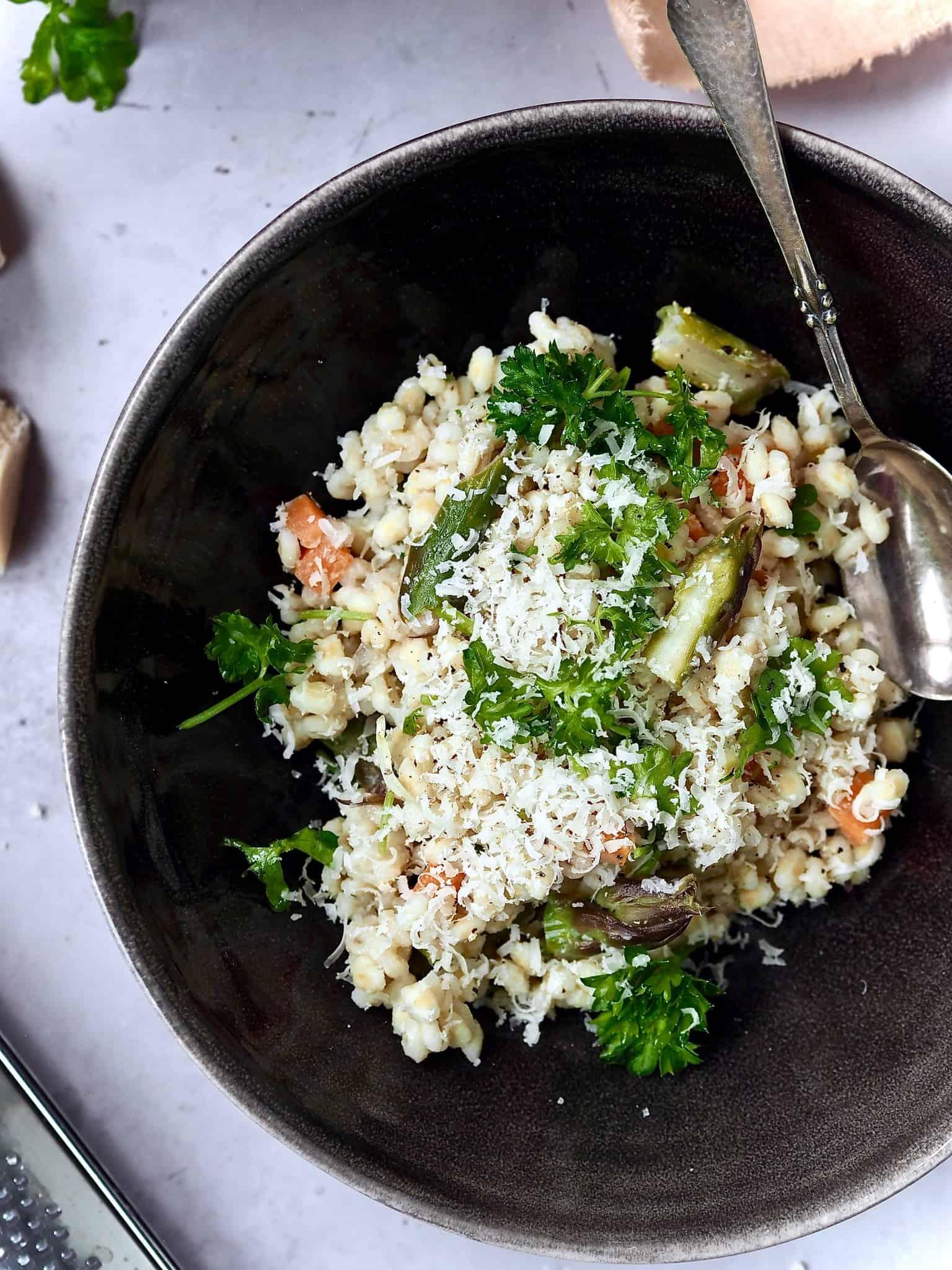 Perlebyg risotto med asparges og gulerødder
