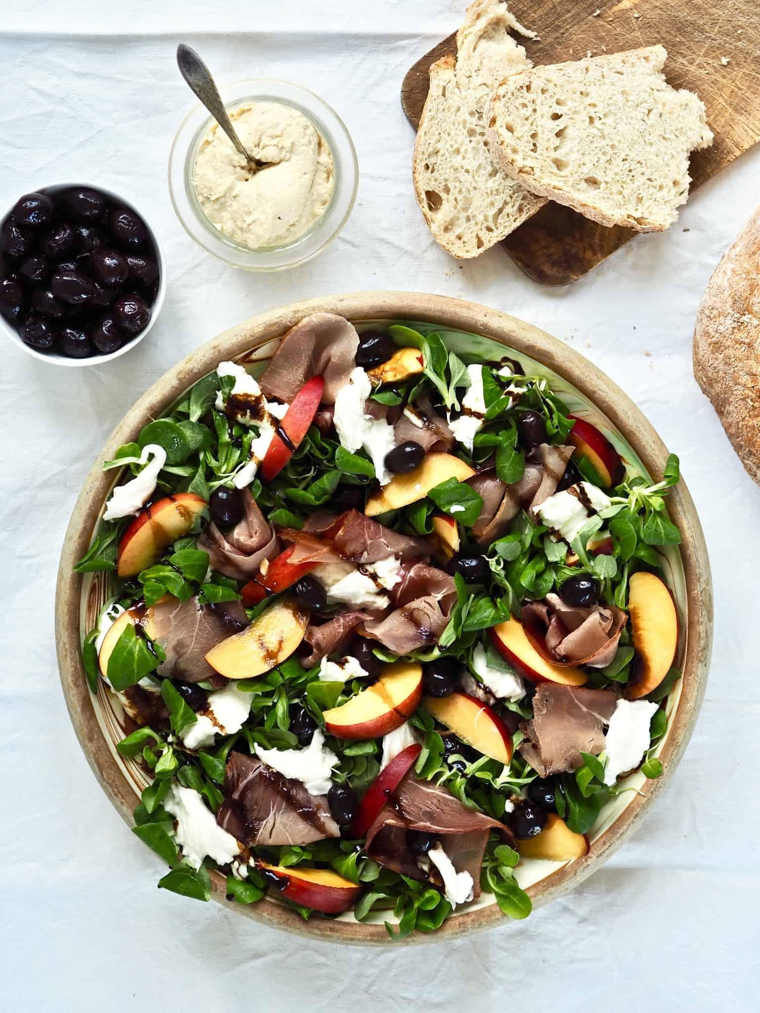 Salat med mozzarella, fersken og serrano