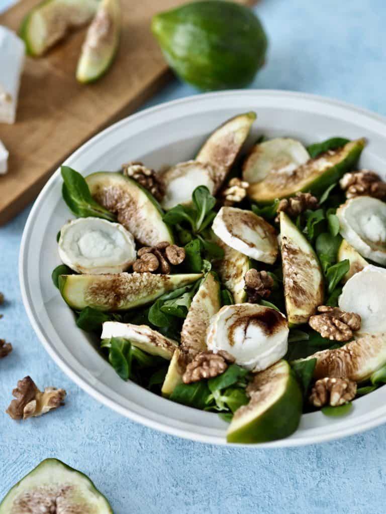 Gedeost salat med friske figner, valnødder og balsamico glace