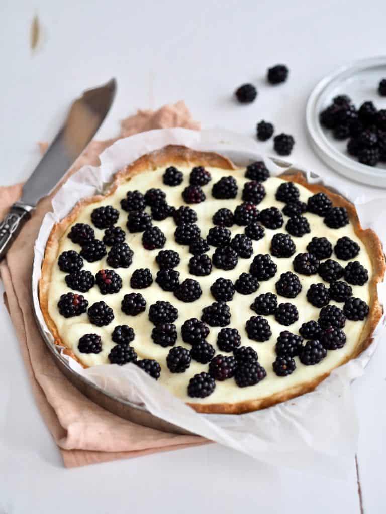 Brombærtærte med vaniljecreme og friske bær