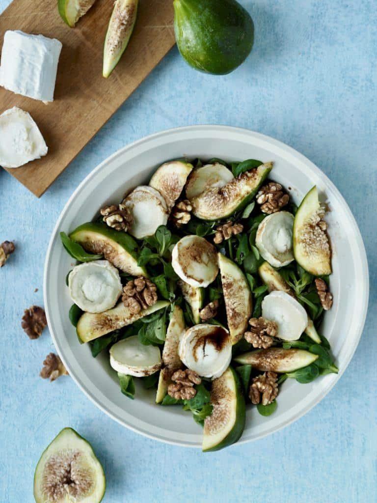 Salat med friske figner, gedeost og valnødder