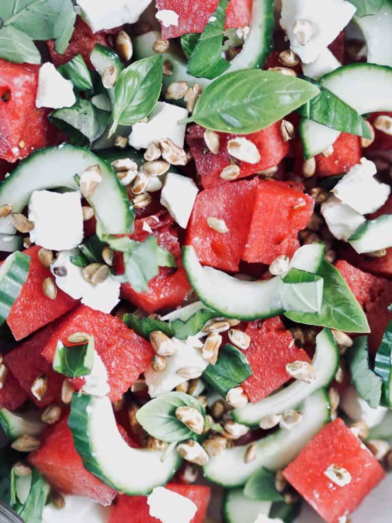 Vandmelonsalat med basilikum, agurk og rugkerner