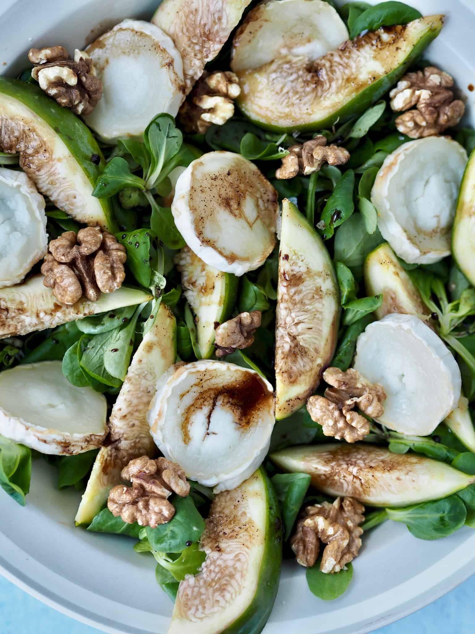 Gedeost salat med valnødder