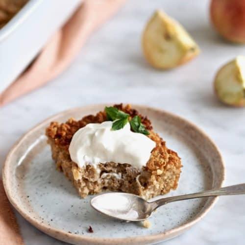 Bagt æblegrød med hvid chokolade og mandler
