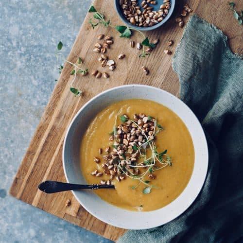 Græskarsuppe med kokosmælk, timian og rugkerner