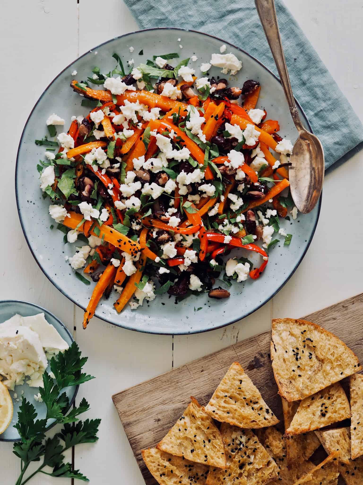Salat med bagte gulerødder, peberfrugt og kidneybønner
