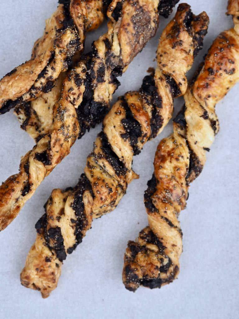 butterdejsstænger med oliventapenade og birkes