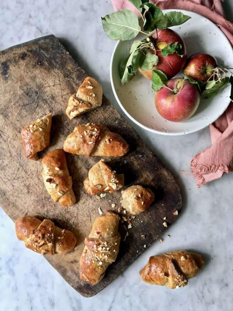 Kernemælkshorn med æble og marcipan