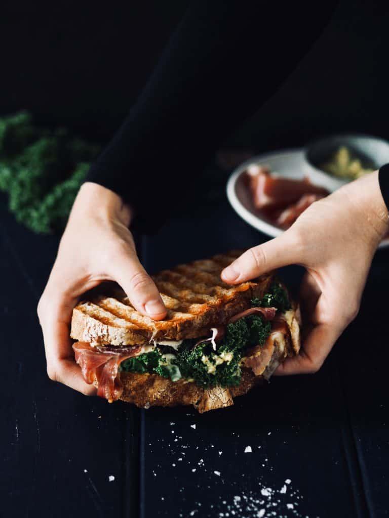 Panini med serranoskinke, mozzarella og sennepsdressing