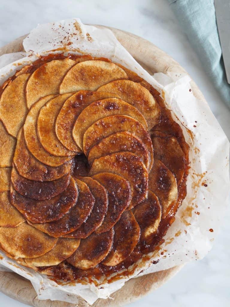 Mazarinkage med karamelliserede æbler