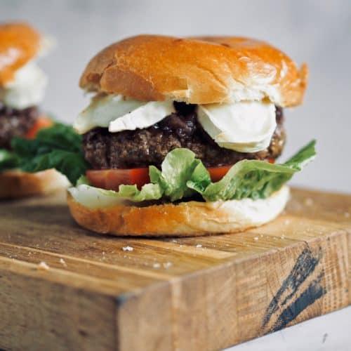 Burger med gedeost og karamelliserede rødløg