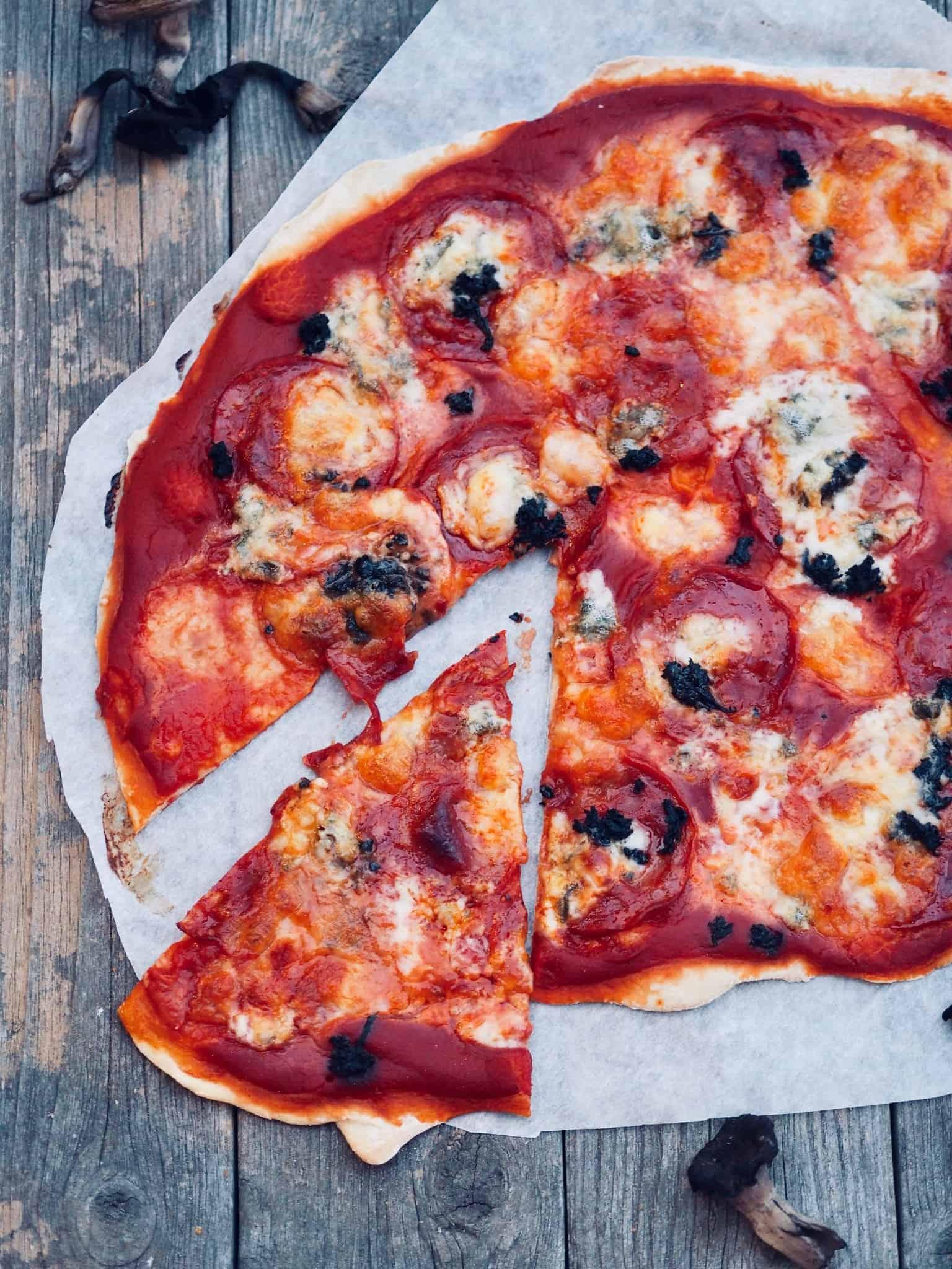 Pizza med chorizo og gorgonzola