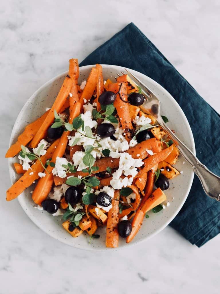 Grillede gulerødder med feta, oliven og tahin