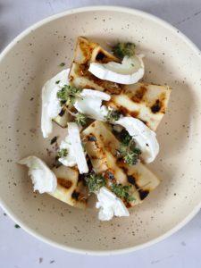 Grillede pærer med gedeost og sennepsvinaigrette