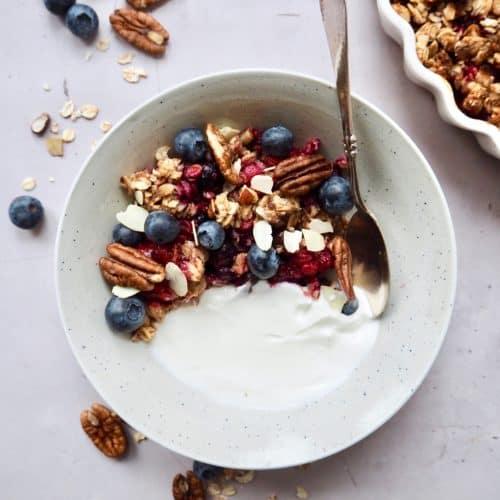 Crumble med bær og havregryn til morgenmad