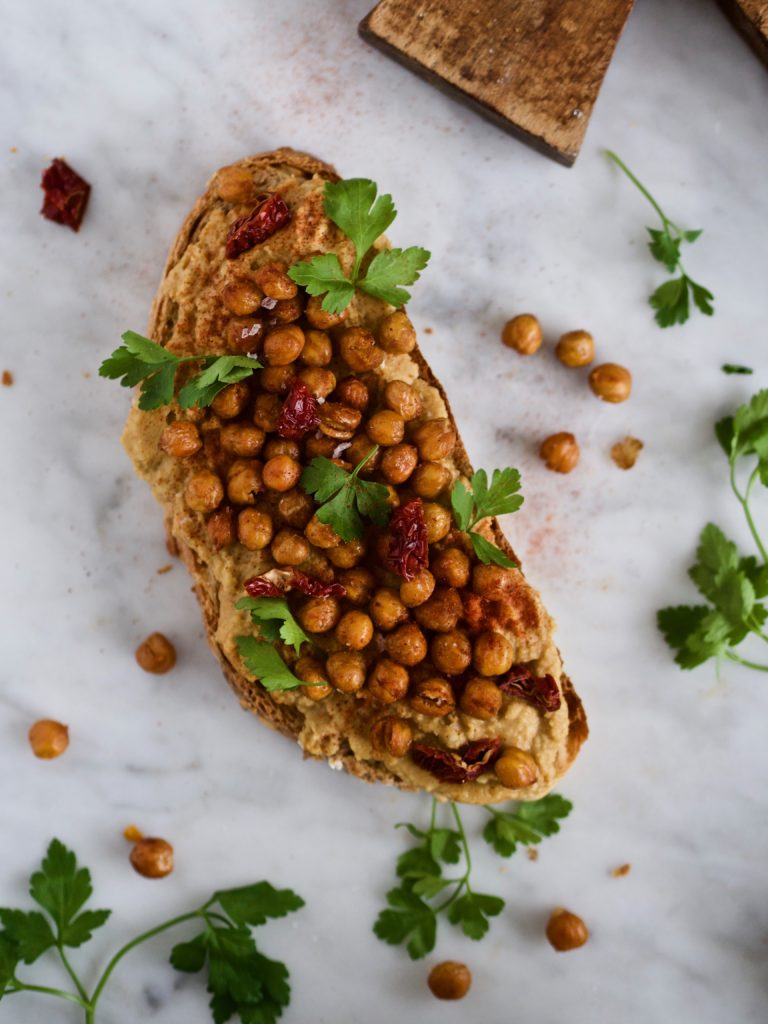 Ristede kikærter på brød med hummus