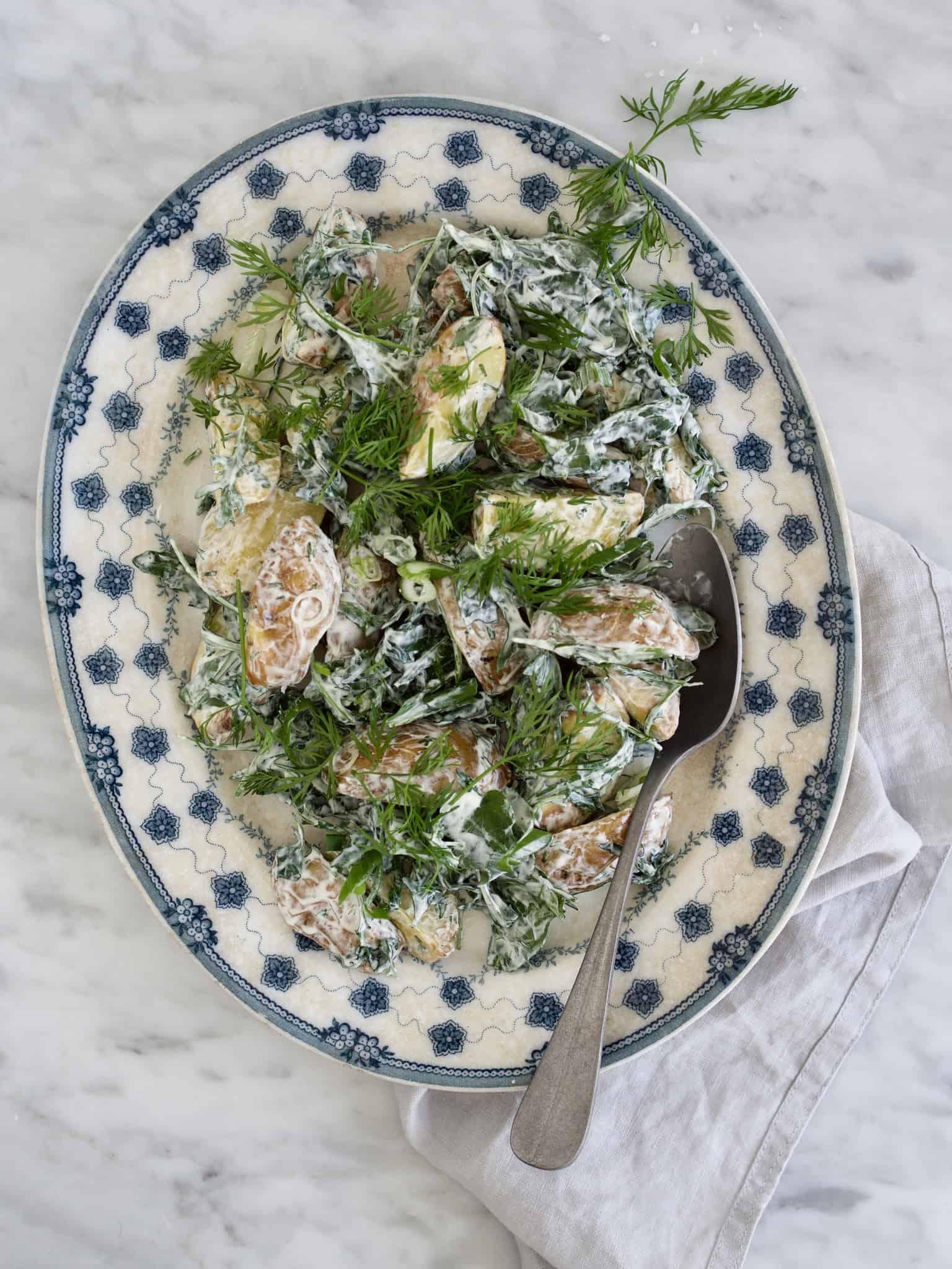Hjemmelavet kold kartoffelsalat med dild og rucola