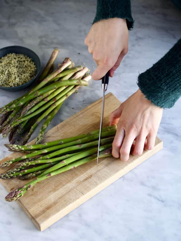 Grillede asparges med pocheret æg og ristede hampefrø