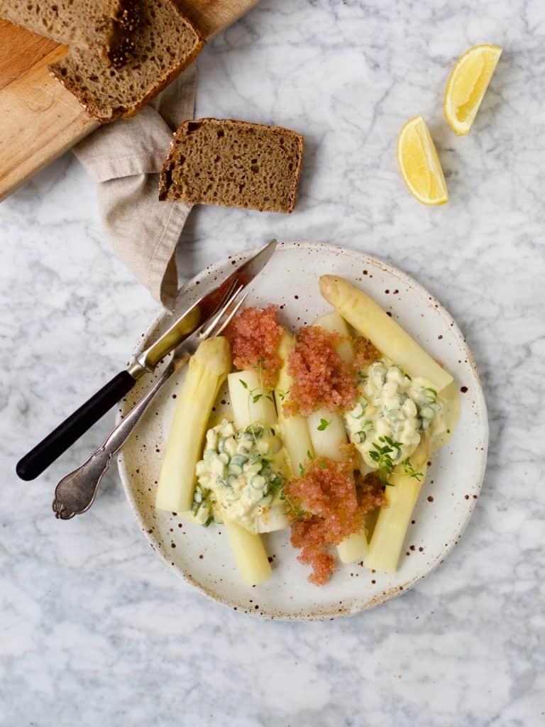 Hvide asparges med stenbidderrogn