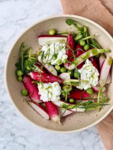 Salat med radiser og friske ærter