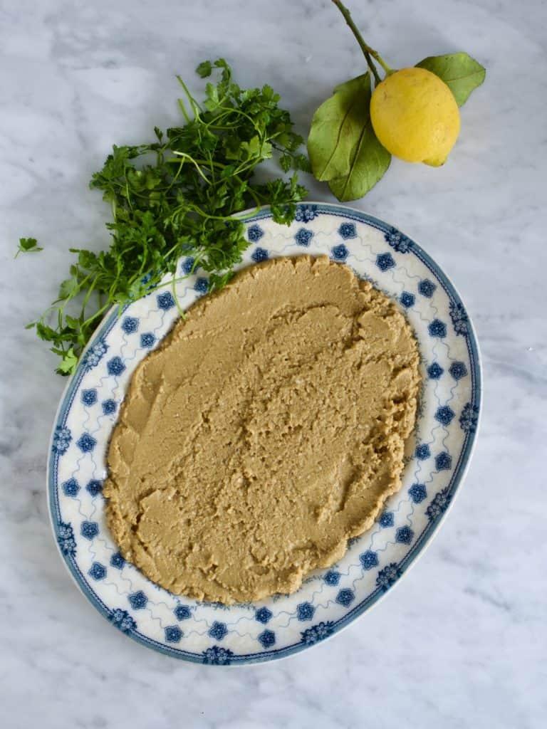 Hummus med bagte gulerødder, græskarkerner og krydderurter