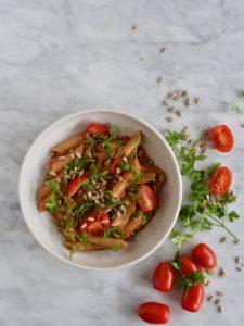 Pasta med hummus og tomat