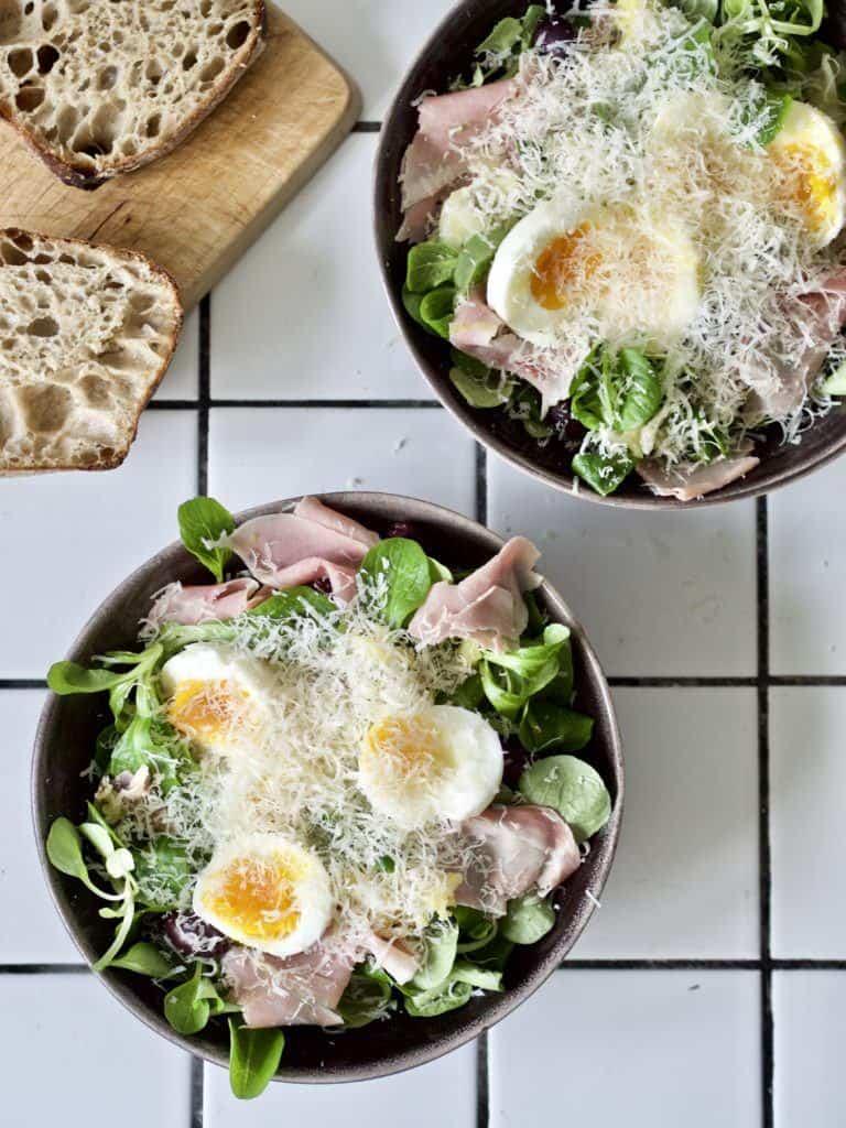 Salat med æg og skinke