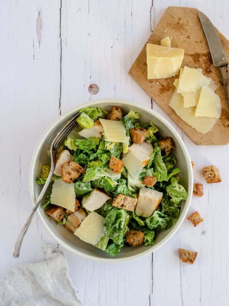 Hjemmelavet caesar-salad med cæsar dressing