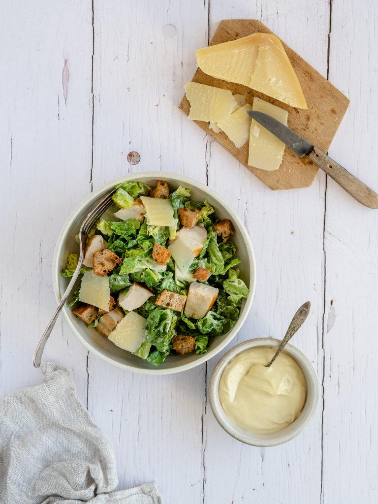 Nem cæsar salat med kylling og parmesanost