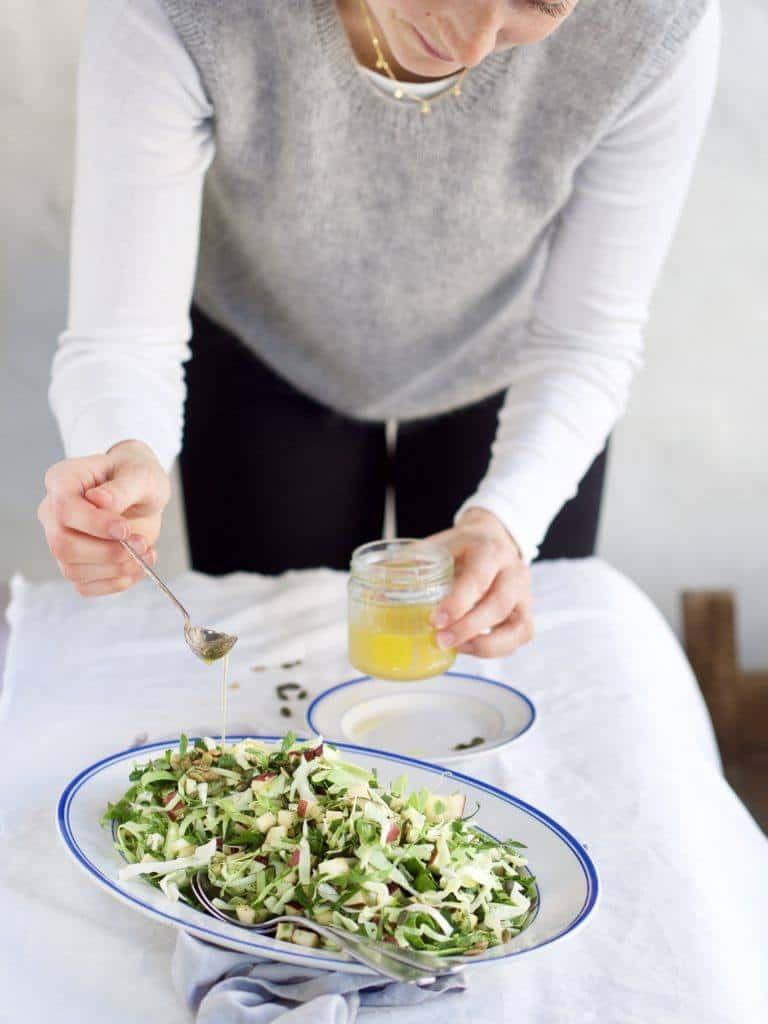 Salat med spidskål og æbler