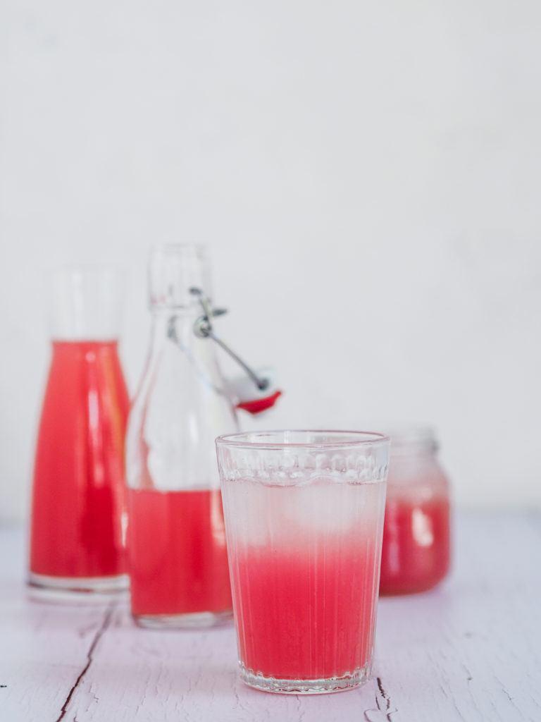 Hjemmelavet rabarbersaft til drinks