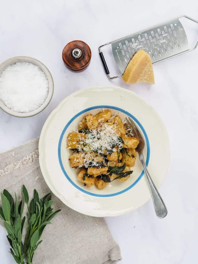 Gnocchi med salvie og brunet smør opskrift
