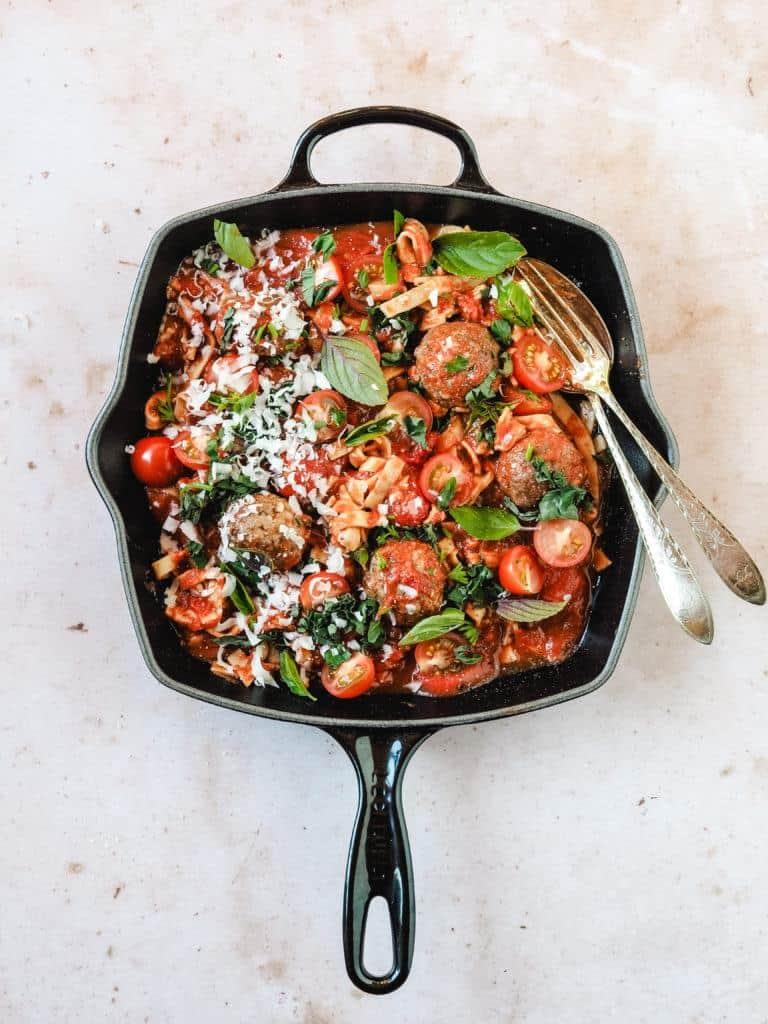 Italienske kødboller i tomatsovs og pasta