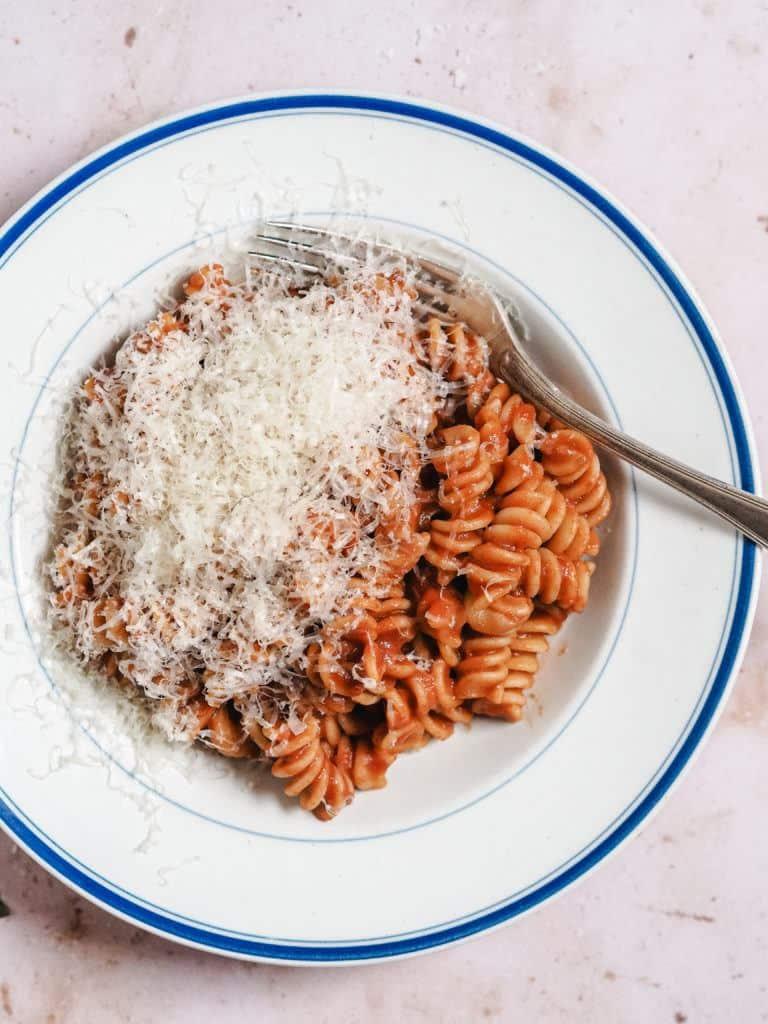 Simpel pasta med tomatsauce