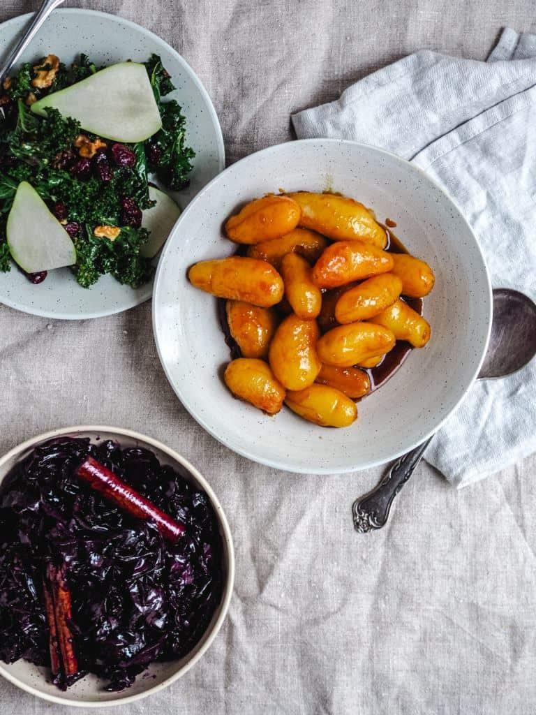 brunede kartofler og tilbehør