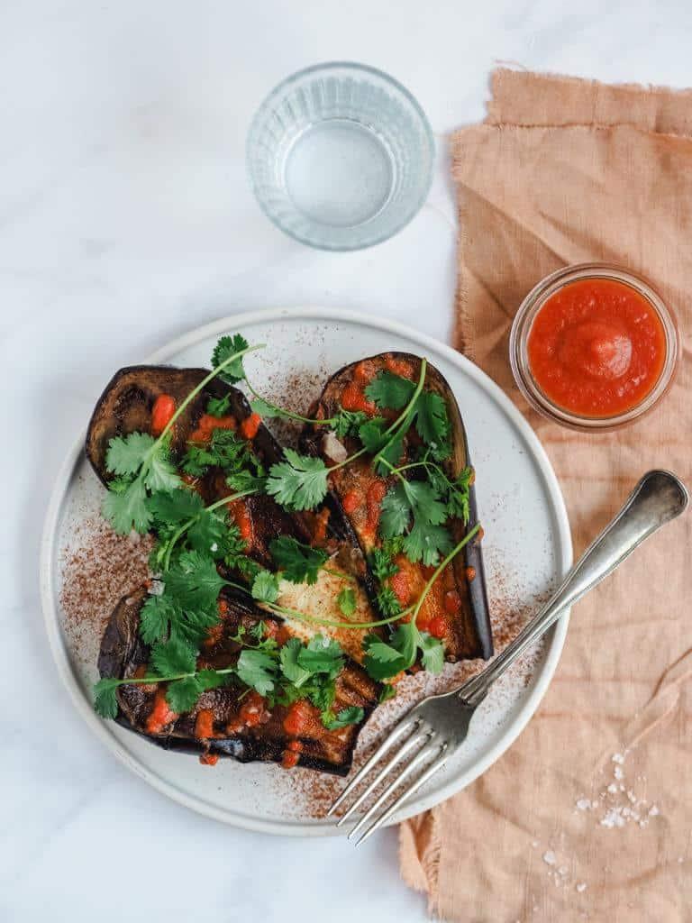 Grillede auberginer med hummuscreme og tomatsauce