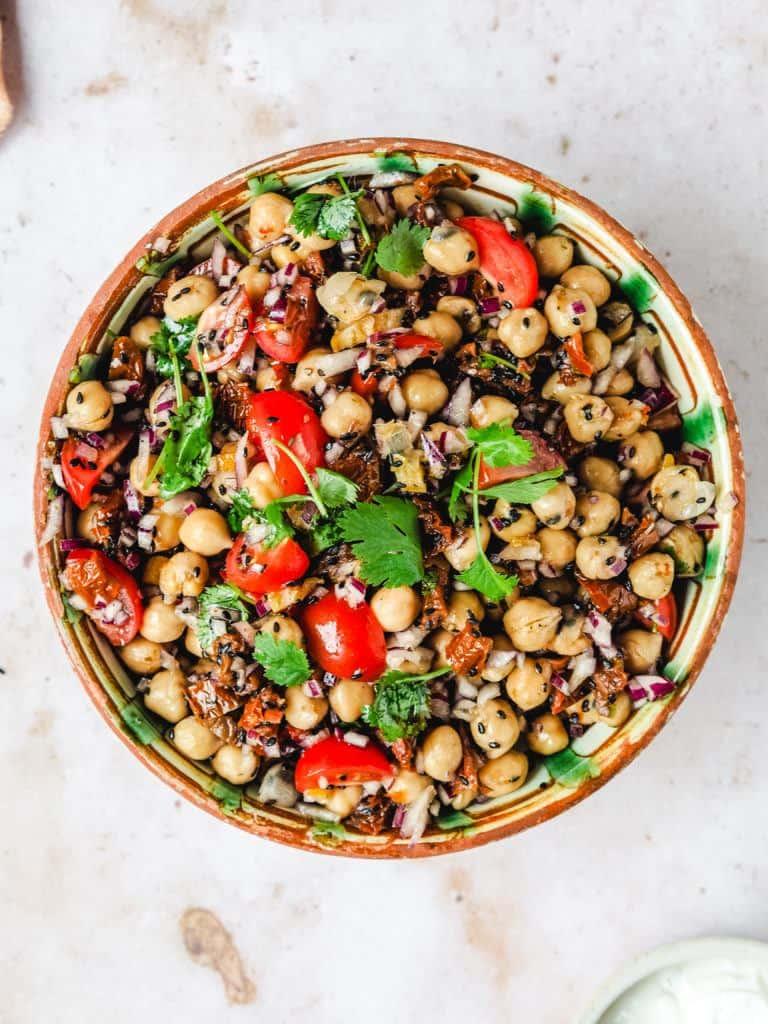 Marokkansk inspireret kikærtesalat med rødløg og tomat