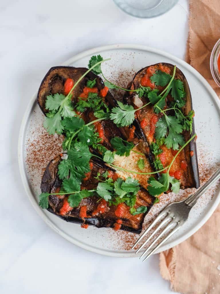 salat med grillede auberginer