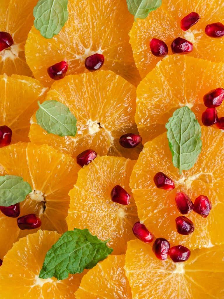 Appelsinsalat med granatæblekerner og mynte